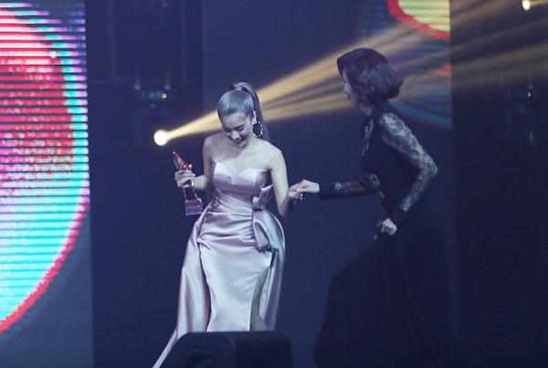 Hoàng Yến nắm tay nữ diễn viên gạo cội Hàn Quốc Kim Nam Joo lên sân khấu trao giải.