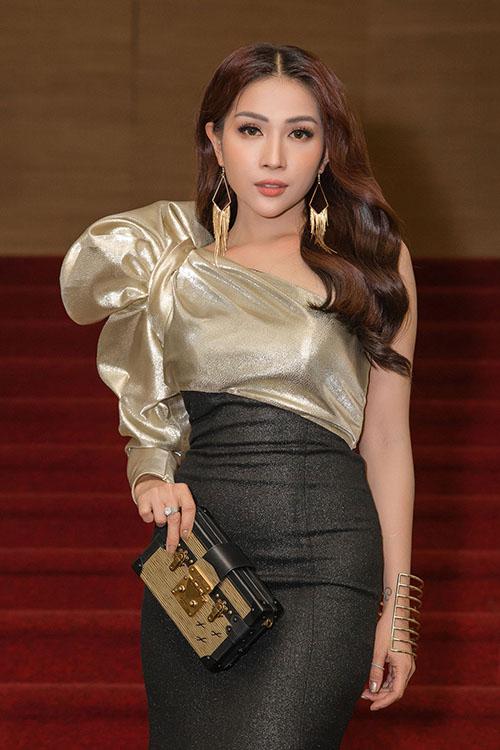 Tối 12/1/2019, Lễ trao giải Mai Vàng 2019 diễn ra tại TP HCM quy tụ dàn nghệ sĩ Việt đông đảo. Đối với diễn viên Khả Như, 2018 là năm làm việc chăm chỉ, lấn sân nhiều lĩnh vực. Cô được vinh danh ở hạng mục Nữ diễn viên sân khấu với vai Lành trong vở kịch Mua chồng tại Nhà hát Thế giới trẻ và giải Top 10 nghệ sĩ được yêu thích nhất năm 2018. Khả Như còn được đề cử ở hạng mục Người dẫn chương trình Truyền hình