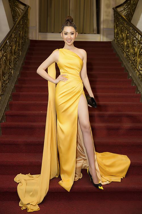 Diễn viên Thúy Ngân diện trang phục màu vàng rực rỡ, tôn nước da trắng ngần. Bộ váy có những chi tiết cắt xẻ táo báo giúp cô khoe khéo lợi thế hình thể trên thảm đỏ.