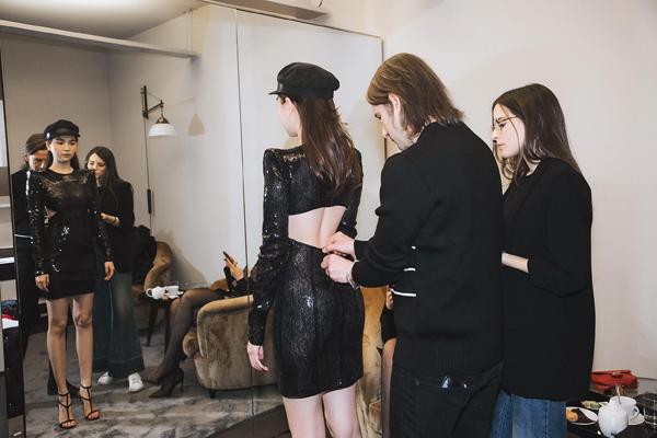 Để chuẩn bị xuất hiện trong show ngày mai, cả ba đã có buổi tham quan, thử đồ tại trụ sở của Dsquared2. Đặc trưng phong cách của thương hiệu này là gợi cảm nhưng cũng rất cá tính.