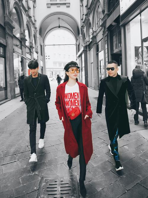 Sau buổi thử đồ, Ngọc Trinh cùng ông bầu tranh thủ ngắm phố phường, khoe street style.