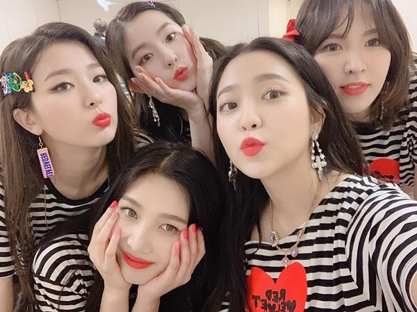 Các cô gái Red Velvet đọ cute trong hậu trường concert ở Nhật.