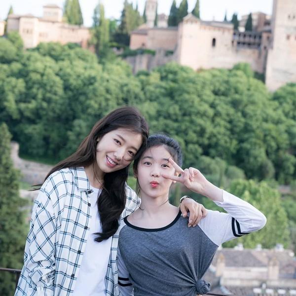 Park Shin Hye và Lee Re được khen là cặp chị em xinh đẹp trong bộ phim Hồi ức Alhambra.