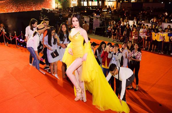 Thư Dung trên thảm đỏ Mai Vàng 2019.