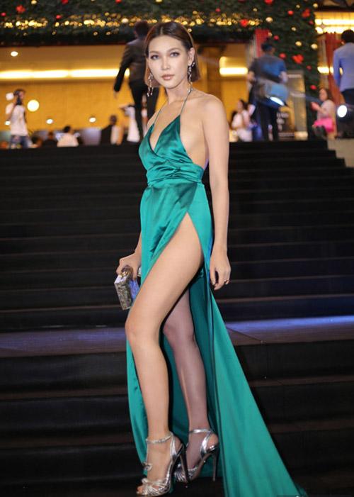 Kiểu váy xẻ đùi vốn không còn xa lạ trong showbiz Việt. Đây là trang phục được các sao ưa chuộng hàng đầu khi lên thảm đỏ để tôn lên vẻ gợi cảm. Tuy nhiên chiếc váy này đòi hỏi phải chọn nội y rất khéo léo.