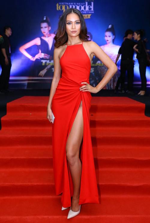 Mâu Thủy cũng phải nói không với các kiểu nội y thông thường khi diện chiếc váy xẻ mạnh tay này.