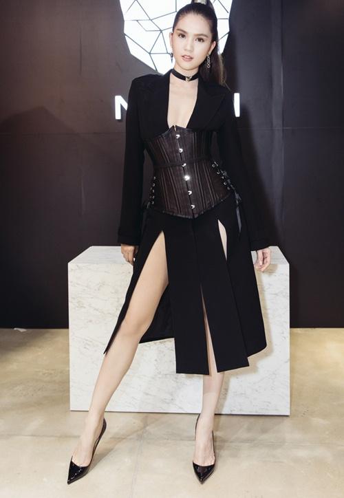 Có lợi thế thân hình nên Ngọc Trinh không ngại những chiếc váy có kiểu dáng sexy gây tranh cãi.
