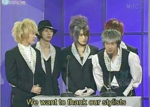 Không ai có thể quên được khoảnh khắc bất hủ của DBSK tại một lễ trao giải năm 2004. Quần áo đã thảm rồi mà tóc tai còn... thảm hơn.