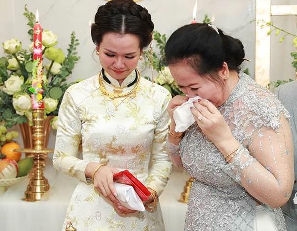 Khi con gái sắp sửa lên xe hoa, mẹ của Võ Hạ Trâm không giấu được nước mắt vì xúc động. Trao quà cho con, bà dành cho Võ Hạ Trâm một nụ hôn. Không nói nên lời, hai mẹ con ôm nhau khóc nức nở.