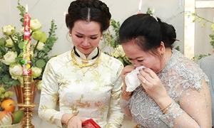 Võ Hạ Trâm và mẹ ôm nhau khóc nức nở trong lễ rước dâu