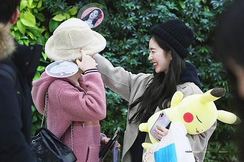 Chị cả và em út Yeri trêu chọc nhau vì chiếc mũ lông. Irene dường như có tâm trạng tốt, liên tục cười đùa cùng các thành viên.