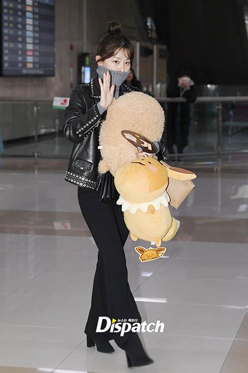 Red Velvet cũng vừa hoàn thành concert ở Nhật và trở về Hàn. Seul Gi nhìn cao hơn thực tế nhờ cách phối đồ thông minh. Cô nàng còn cầm theo thú bông do fan tặng.