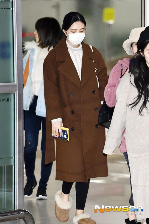 Joy có vẻ khá mệt mỏi sau lịch trình dày đặc. Nữ ca sĩ chuộng kiểu giày bông ấm áp, dễ di chuyển ở sân bay.