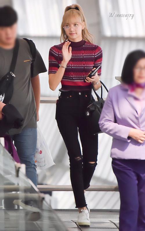 Lisa chính là thành viên được các fan Thái yêu thích nhất. Nữ ca sĩ có tỉ lệ cơ thể đẹp khó tin, đôi chân dài miên man dù Lisa chỉ cao 1,67m.