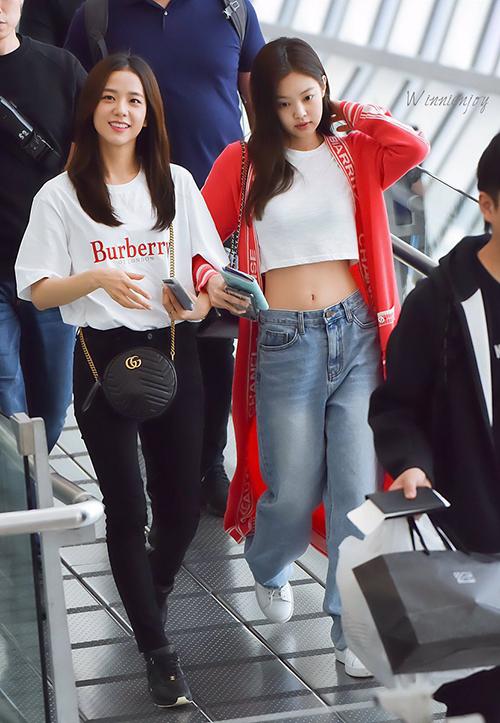 Sau khi hoàn thành 3 buổi concert cực kỳ thành công ở Thái, Black Pink vội về Hàn chuẩn bị cho lễ trao giải Seoul Music Awards diễn ra ngày 15/1. Cặp bạn thân Ji Soo - Jennie luôn sánh đôi ở sân bay. Jennie khoe vòng eo đáng ngưỡng mộ với áo crop top.