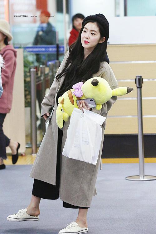 Irene xuất hiện với hình ảnh xuề xòa, đi giày đạp gót hài hước ở sân bay.