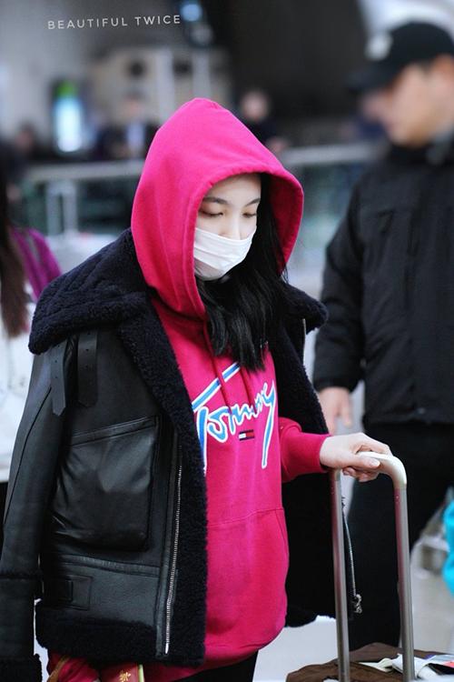 Na Yeon ở cùng Momo trong kỳ nghỉ. Hai thành viên Twice bị bắt gặp đi công viên giải trí.