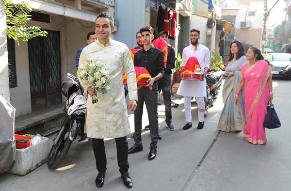 Sáng 14/1, Võ Hạ Trâm lên xe hoa về nhà chồng. Lễ rước dâu diễn ra tại nhà riêng của cô ở quận Tân Bình, TP HCM. Từ sáng sớm, khu vực quanh nhà cô dâu nhộn nhịp hơn hẳn. 8h sáng, phía nhà trai đem xe, sính lễ sang nhà gái để đón cô dâu.