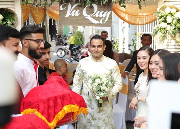 Chồng của Võ Hạ Trâm - Vikas - là người Ấn Độ, làm kinh doanh. Người thân của chú rể từ Ấn Độ cũng có mặt để làm lễ rước dâu theo phong cách Việt Nam. Mẹ chú rể diệntrang phục truyền thống của người Ấn Độ.