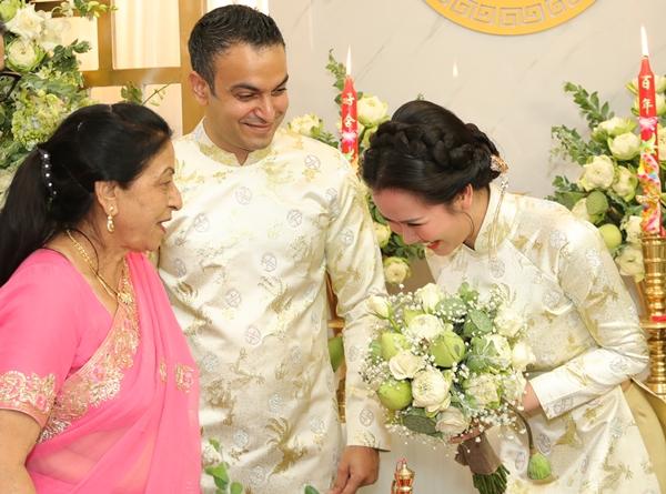 Cô dâu cúi chào bên nhà trai khi được dắt ra làm lễ.