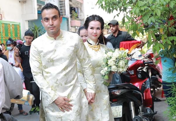 Tiệc cưới của cả hai sẽ diễn ra chiều cùng ngày với sự góp mặt của bạn bè, đồng nghiệp thân thiết.