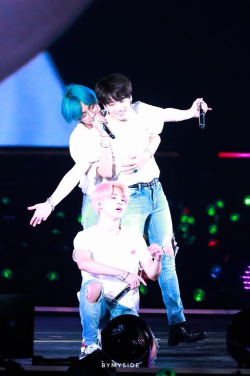 Loạt khoảnh khắc tình tứ của V - Jung Kook (BTS) khiến fan bấn loạn - 1