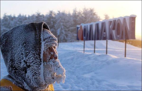 Băng tuyết bám dày trên mũ, khăn và phần mặt lộ ra ngoài của thí sinh.