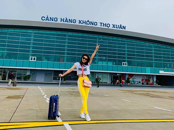 Phương Trinh Jolie khoe eo thon gọn ở sân bay.