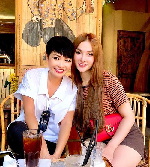 Hai chị em Phương Thanh - Thu Thủy hẹn hò cà phê nhân một ngày rảnh rỗi.