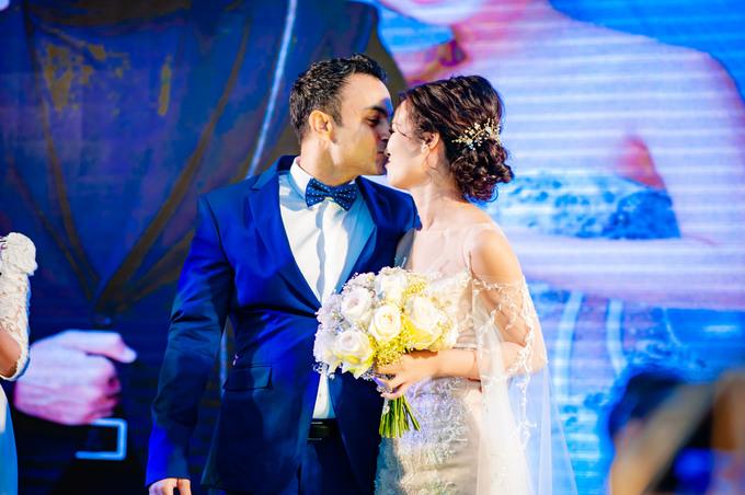 <p> Cả hai trao nhau nụ hôn ngọt ngào.</p>