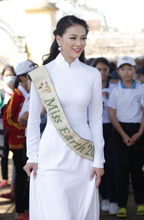 Cô diện áo dài trắng tinh khôi. Tại đây, Phương Khánh còn tặng quà cho 200 phần quà, 10 xe đạp cho học sinh có hoàn cảnh khó khăn.