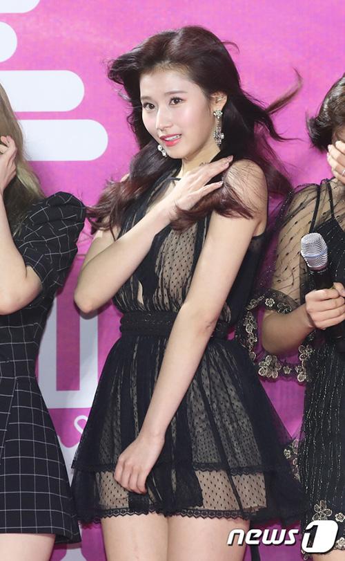 Đây chắc chắn là một trong nhưng khoảnh khắc muốn quên nhất của Sana trên thảm đỏ. Cô nàng mặc chiếc váy mỏng manh và đang đơ người vì lạnh.