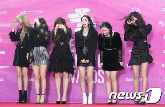 Không chỉ riêng Red Velvet, G-Friend cũng có bức hình xấu để đời trên thảm đỏ vì những cơn gió. Fan cười bò vì biểu cảm của SinB (thứ 3 từ phải sang).