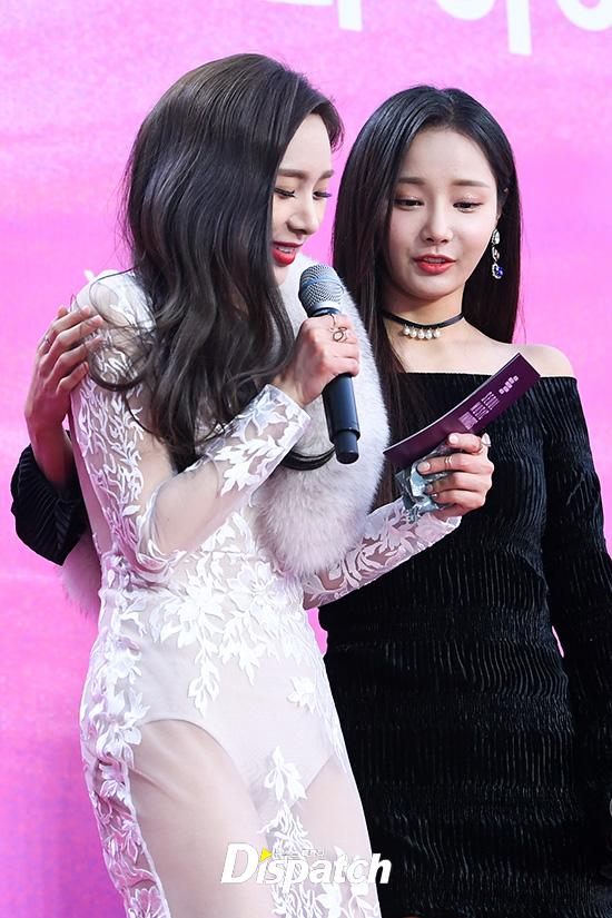 Yeon Woo giúp đỡ nữ MC đang run rẩy vì lạnh trên thảm đỏ.