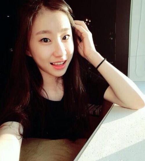 Nhiều fan khen ngợi sự kiên trì của Lee Chae Ryeong khi đã ở lại làm thực tập sinh tại JYP suốt 5 năm đểcó cơ hội debut cùng girlgroup mới. Cô cũng có một lượng fan ủng hộ bởi là em gái sinh đôi của Lee Chae Yeon, hiện đang là thành viên IZONE.