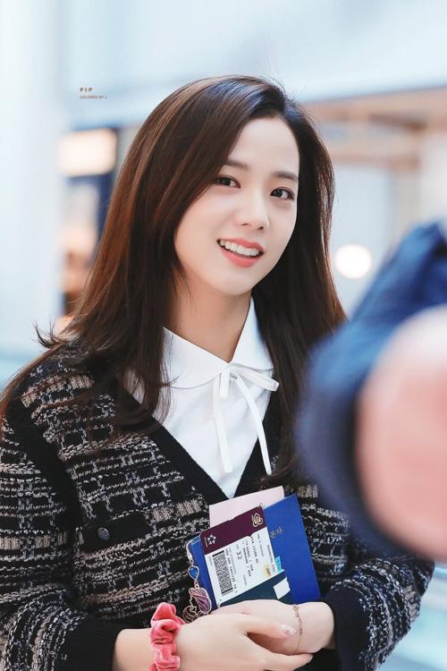 Ji Soo luôn được bình chọn là một trong những visual đẹp nhất Kpop thế hệ ba nhưng danh tiếng của cô nàng vẫn thua kém so với các thành viên khác của Black Pink.