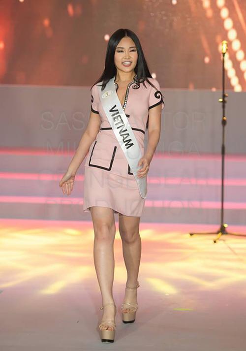 Lê Âu Ngân Anh đang tham gia những hoạt động đầu tiên ở Miss Intercontinental 2019 với tư cách đại diện Việt Nam. Dù có thời gian được đào tạo bài bản với chuyên gia nước ngoài nhưng thể hiện của Ngân Anh trong cuộc thi chưa được đánh giá cao. Ngoài cách catwalk, biểu cảm còn gây tranh cãi, người đẹp cũng bị nhận xét là chọn trang phục chưa ấn tượng. Ở hoạt động đầu tiên giới thiệu với truyền thông, bộ cánh của Ngân Anh có kiểu dáng khá công sở, màu sắc nhạt nhòa, khiến cô chìm nghỉm giữa dàn thí sinh.