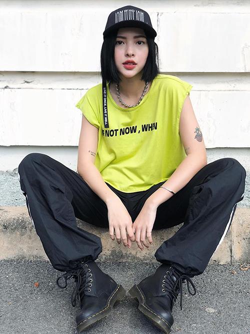 Là tông màu chói mắt nhất trong bảng neon, xanh chuối từnglà gam siêu kén mà chẳng cô gái nào dám mặc. Tuy nhiên từ cuối năm 2018 đến nay, đây là gam màu thống trị street style của giới trẻ.