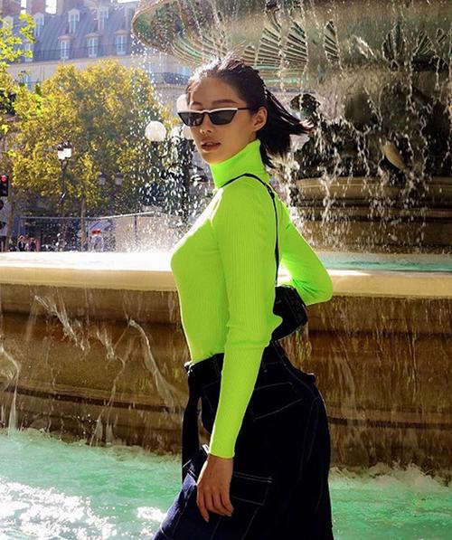 Không khó để thấy những IT Girl hàng đầu như Tú Hảo, Khánh Linh, Quỳnh Anh Shyn... đều liên tục ra phố với đồ xanh chuối rực rỡ. Không những không sến, xanh chuối còn mang đến cho các cô gái diện mạo cá tính và cực Tây.