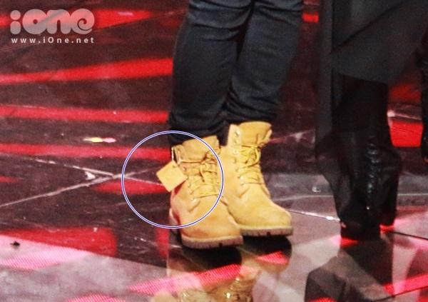 Thực tế, đôi giày Tuấn Hưng mang là sản phẩm của Timberland với thiết kế đặc biệt phần mác được treo lủng lẳng. Đây là chiếc mác bằng da có thể gỡ ra hoặc để nguyên nếu thích.