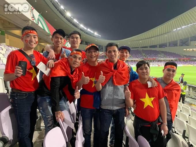 <p> Sân vận động với 2500 chỗ người trống rất nhiều chỗ. Các cổ động viên Việt Nam ngồi dồn vào một khu vực lớn. Họ mặc đồng phục áo cờ đỏ sao vàng nên trông càng nổi bật.</p>