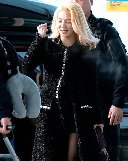 Hyo Yeon chứng minh đẳng cấp với áo khoác Alexander Wang giá 57 triệu đồng.