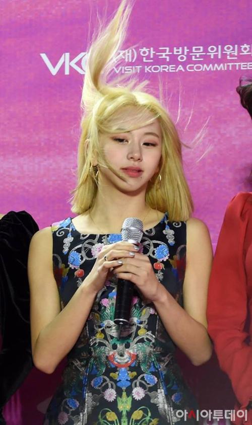 Chiều ngày 15/1, Twice tham gia lễ trao Seoul Music Awards và Chae Young trở thành tâm điểm vì mái tóc mới. Cô nàng có những bức ảnh bị dìm hàng chỉ vì những con gió.