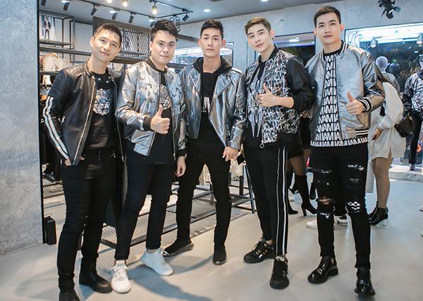 Ngày 15/1, dàn sao nam Vbiz tham dự một sự kiện về thời trang tại Hải Phòng do NTK Chung Thanh Phong làm giám đốc sáng tạo. Họ tạo nên màn cạnh tranh kịch tính về mặt phong cách trong cùng một khung hình. Điểm chung, họ chọn gam màu đen toát lên vẻ ngoài nam tính, mạnh mẽ.