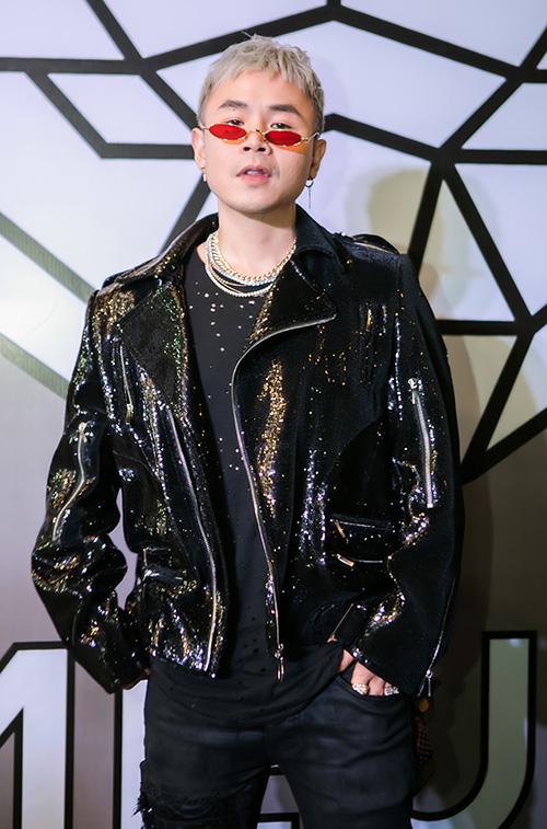 Rapper Binz diện chiếc quần jeans rách gối bụi phủi mix cùng chiếc kính trendy và vòng cổ màu bạc chất chơi.