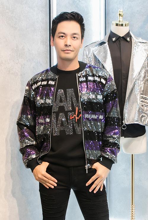 MC Phan Anh chọn chiếc bomber jacket đính sequin óng ánh khoe vẻ cá tính, khác với sự lịch lãm vốn thấy.