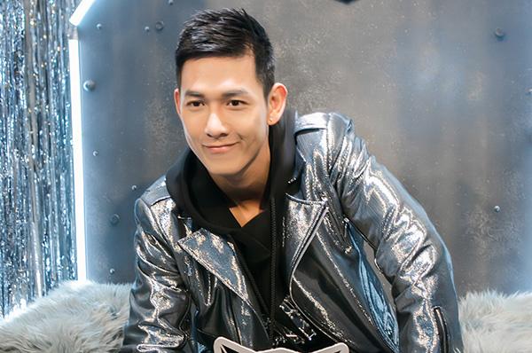 Song Luân - Minh Trung mặc áo bomber jacket toát lên vẻ cool ngầu.