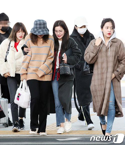 Ngày 16/1, các sao nhà SM lên đường sang Chile tổ chức concert. Red Velvet xuất hiện với vẻ ngái ngủ và run rẩy vì lạnh.