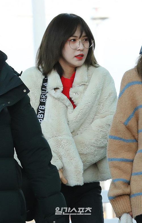 Wendy cũng bị chụp lại biểu cảm đang xuýt xoa vì gió. Áo khoác bông là nữ hoàng trong tủ đồ của sao Hàn mùa đông 2018 - 2019.