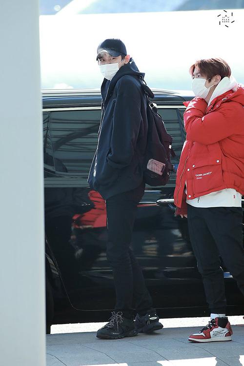 Chan Yeol (áo đen) lộ chiều cao nổi trội khi đứng cạnh Baek Hyun. Chan Yeol dường như khá coi thường thời tiết khi không mặc áo khoác còn Baek Hyun thì ấm áp cùng áo phao to sụ.